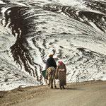Lastenverteilung in Marokko: Mann reitet - Frau geht...