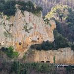 Hier wurden Höhlen in den senkrechten Lössfelsen gehauen