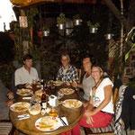 """Mit Sonja, Klaus, Uwe, Enrique und Claudia beim """"Bayern"""" in Antigua"""