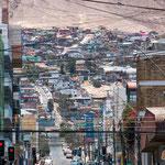 """...an den steilen Berghängen in erster Linie """"slums""""..."""