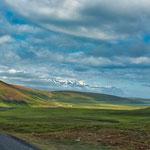 ...Husavik liegt am einem Fjord und im Hintergrund Schneeberge