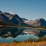 """""""Mount Gould"""" (2.911 m) spiegelt sich im """"Lake Sherburne"""""""