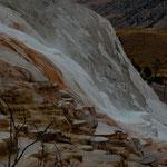 weiße, gelbe und rötliche Ablagerungen ziehen sich die Berghänge hinab....