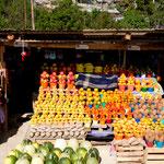 Wunderschöne und anmutige Obst- und Gemüsestände am Strassenrand
