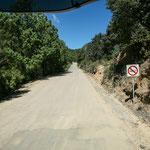 """unsere """"Strasse"""" in die Berge - die eigentlich geteert sein sollte....."""