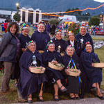 ...diese Mapuche Damen zeigten traditionelle Tänze in ihren Trachten...