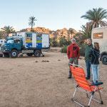 ...man steht im Sand unter Palmen und trifft eine tolle Reisegemeinde...