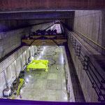...unterhalb diesem endlos langen Gang sitzen die 18 Turbinen und Generatoren...