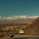 Die farbigen Berge stehen im Kontrast zu den schneebedeckten Atlas Bergen...