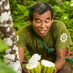 ....Eldadio zeigt uns voller Begeisterung die Frucht - hier noch nicht ganz reif....