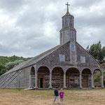 ...von aussen sind die Holzkirchen eher schlicht...