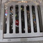 Schwierig: Einige Gullies sind randvoll mit Müll verstopft. Wie z.B. direkt vor der Traube.