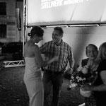 Elisabeth, Martina, ein Gutschein und ein Blumenstrauß. Unser Geburtstagsgruß an Fred und Gaby