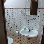 WC und Waschtisch des Doppelschlafzimmers auf Halbetage