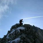 und dem Felsigen letzten Meter zum Gipfel, wo Toni nur knapp einen Kopfschuss entging