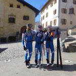 Erschöpft aber glücklich im Ziel…Zieleinlauf durch das Dorf mit Skiern geschultert.