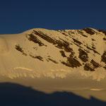 """Die Geisterspitze vom Madatschferner, links neben dem """"Knopf"""" wird heute der letzte Aufstieg sein, rechts direkt unterhalb des Gipfels war unser Aufstieg vom Samstag"""