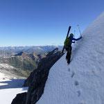 """Aufstieg zur hinteren Madatschsp., ebenfalls bei der ersten schneebedeckten Fläche, im Hintergrund die """"Jochstraße"""""""