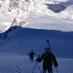 Licht-Schatten, im Gipfelhang zum Cevedale, am Ferner die Spuren zurück bis zur Suldenspitz und erneut die Königsspitze