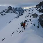 Nach der ersten Abfahrt im diffusen Licht, stiegen wir quer zum Grat ein um diesen dann bis kurz vor dem Gipfel zu folgen