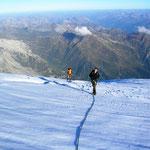 Die letzten Meter über das Platou zum Gipfel, bei besten Wetter und optimalen Verhälnissen...