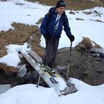 Nach einer 10 Minütiger Tragstrecke, wurden die Ski im ersten Schnee angelegt