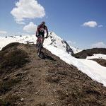 Dann wieder teils fahrbare Trail – im Hintergrund der Chavalatsch