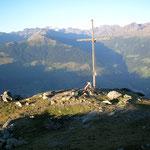 und Tubi konnte beim Eintragen im Gipfelbuch die letzten Sonnenstrahlen geniesen
