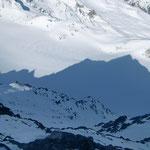 """Hier im Schatten, ist das """"Matterhorn"""" erkennbar, ebenfalls die von Toni toll angelegte Aufstiegspur"""