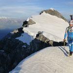 Weiter über den Grat, mit Blick zum ersten Gipfel zurück