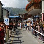 Menschenmassen durch Zermatt, wo die Hälfte der Distanz, jedoch erst 500 Hm zurückgelegt sind