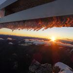 das Eis am Gipfelkreuz erleuchtete wie künstliches Licht