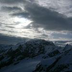 Das Wetter spielte verrückt und bot uns erneut tolle Bilder, hier der Ortler mit einer Wolkendecke darüber