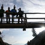 An der Brücke, kamen die Skier wieder auf den Rucksack