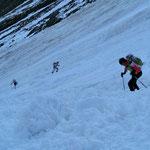 """Nach einigen hundert Höhenmetern Portage, schwieriges """"Schneegelände"""""""