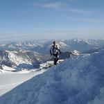 """Franz kurz vor dem Ziel, im Hintergrund weitere """"einzelne"""" Gipfel"""