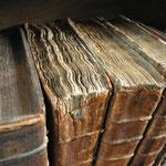 von Tom Murphy VII (Eigenes Werk) [CC-BY-SA-3.0 oder CC BY-SA 2.0], via Wikimedia Commons | http://commons.wikimedia.org/wiki/File%3AOld_book_bindings.jpg