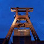 von Thomas Wolf, www.foto-tw.de (Eigenes Werk) [CC BY-SA 3.0 de], via Wikimedia Commons | http://commons.wikimedia.org/wiki/File%3AZeche_Zollverein_abends.jpg