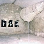 Gegenwartzustand (Installation in Civitella d´Agliano / Ratte, Schlauch, Hängeobjekt, Atemgeräusche, 3 Mischtechniken auf Karton)