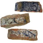 Bemalte Ziegelsteine. Stammen aus dem Vorgängerbau der Familie v. Lützow