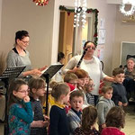 Les enfants des groupes d'éveil musical bien encadrés par leur enseignantes