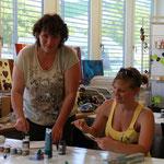 Petra und Christine Leber beim Kreieren von Figuren