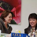 Marlis Dekumbis und Veronika Schmid im Aussendienst