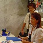 Renate Bosshart und Veronika Schmid im Einkauf