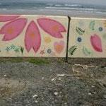 沿岸近くの壁には絵が描かれていました。