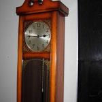 役場内の柱時計。「2時46分」のままでした。