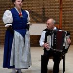 Solojodlerin Nicole Ehrler mit Peter Achermann