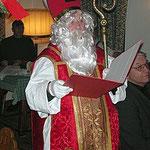 Nikolaus mit seinem roten Buch