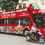 . . . mit dem Hop-On/Hop-Off-Bus durch Hanoi fahren,