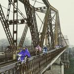 Im Jahr 1902 wurde die Long-Bien-Brücke eröffnet. Sie ist eine freitragende Straßen- und Eisenbahnbrücke über den Roten Fluss [Zugverbindung Hanoi – Hai Duong/ Hai Phong].
